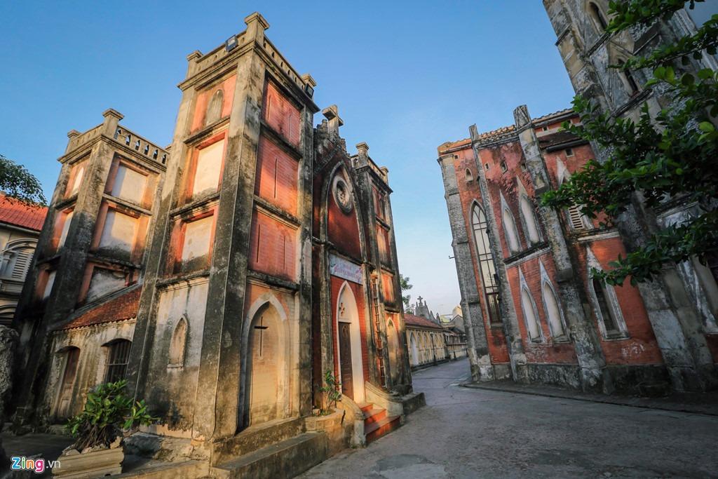 Nhà thờ có chiều dài 67,2 m; rộng 31,2 m và đỉnh tháp cao 23,2 m với toàn bộ nền được lót gỗ lim để chống sụt lún.