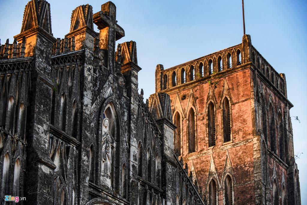 Điểm đặc biệt của nhà thờ là tháp chuông có 4 quả mang các âm Đồ - Mi - Sol - Đố, trong đó, quả nặng nhất có khối lượng gần 2,5 tấn.
