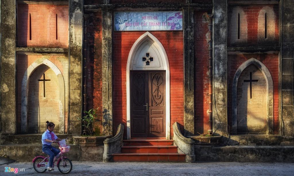 Phần tường ngoài được làm từ gạch đỏ tạo nét tương phản với ánh nắng, mang đậm màu sắc những tòa nhà của châu Âu.