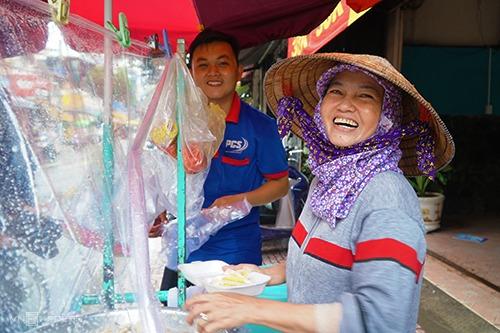 Bà Út (phải) một mình buôn bán, lâu lâu có con trai (đằng sau) hoặc em gái ra phụ hàng tại 684 Hưng Phú. Ảnh: Di Vỹ.