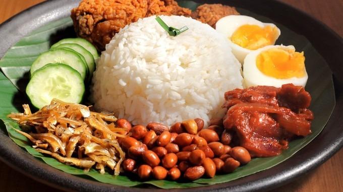 Rendang  Đây là bò om truyền thống của Malaysia. Nó được nấu với nhiều loại gia vị như thì là, sả tươi, nghệ, quế và ớt. Không giống các loại thịt bò khô, bò sấy, Rendang được om đến khi cạn nước. Vì vậy khi khô lại, món ăn vẫn giữ được độ mềm, ngậy béo của thịt bò và các tầng hương vị của nước cốt dừa, ớt và quế.  Du khách có thể thưởng thức rendang ở nhà hàng Madam Kwan hoặc Wondermama, Kuala Lumpur. Ảnh: Malaysia Kitchen.