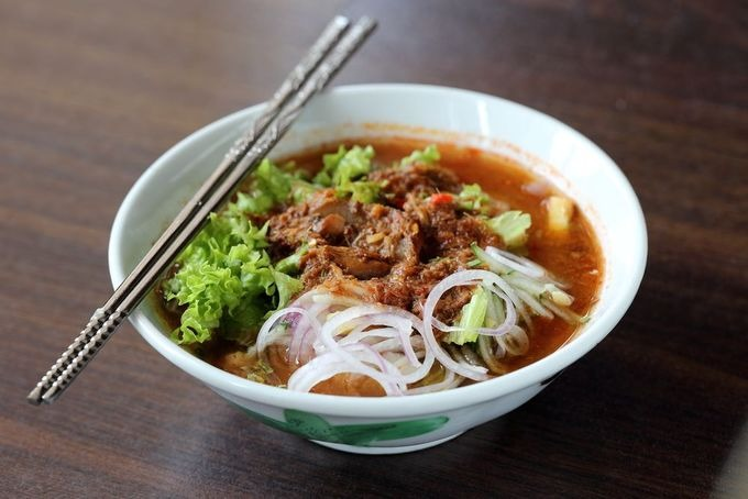 Assam laksa  Đây là một loại mì gạo với nước dùng me chua, cá thu và rau sống. Tuy nhiên, assam laksa đặc biệt đậm đà và cay nên có thể không hợp với khẩu vị nhiều thực khách.  Giá khoảng 4 RM (22.000 đồng) mỗi bát. Ở đảo Penang, du khách có thể thưởng thức mì ở nhà hàng Penang Air Itam Laksa, George Town. Ở thủ đô Kuala Lumpur, nhà hàng gợi ý là Mark's Assam Laksa. Ảnh: Shutterstock/Grass Life Good.