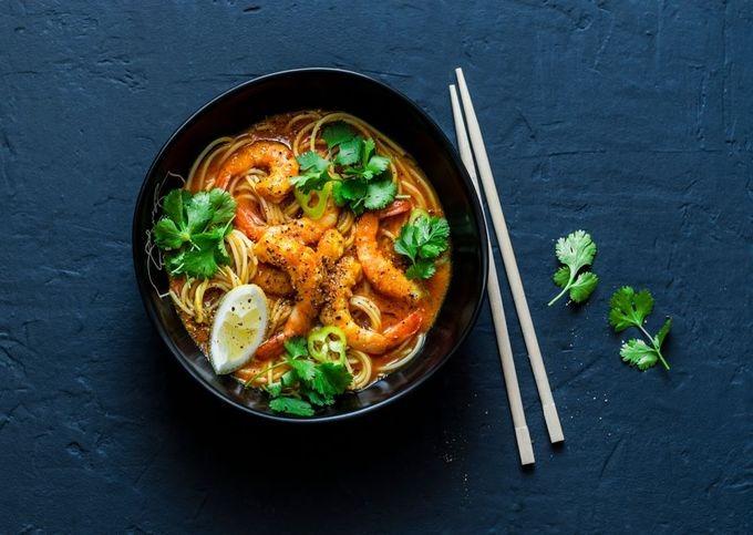 Cà ri Laksa  Theo truyền thống, cà ri Laksa được nấu với tôm, thịt gà, đậu phụ và chả cá. Các loại gia vị thường được nấu chung là bột cà ri, ớt, hẹ, sả, rau mùi. Khi gần chín, người nấu thêm cốt dừa để đặc và sánh hơn.  Một quán ăn gợi ý cho du khách là Madras Lane, ở phố Jalan Petaling, Kuala Lumpur. Ảnh: Shutterstock/Kiian Oksana.
