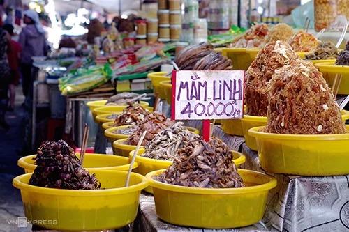 """Các loại mắm  Châu Đốc còn được mệnh danh là """"vương quốc mắm"""" của miền Tây. Đến chợ Châu Đốc hoặc chân núi Sam, du khách sẽ thấy hàng chục loại mắm khác nhau như mắm Thái, cá lóc, cá linh, ba khía, cá sặc, cá trèn... Mắm ở Châu Đốc thiên vị ngọt nhưng dư vị lại mặn, ăn đưa cơm. Bạn có thể thưởng thức hương vị ngay tại chỗ, trong các nhà hàng hoặc mua mang về làm quà. Giá từ vài chục đến hơn trăm nghìn đồng cho mỗi kg mắm."""