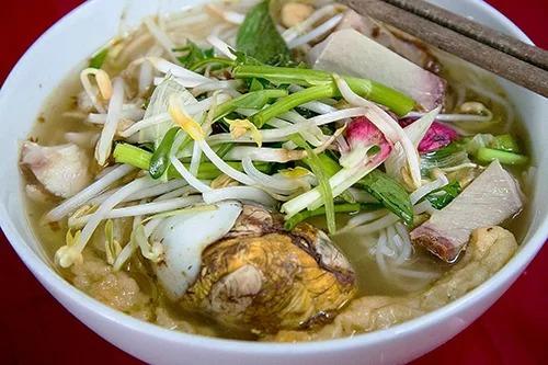 Bún mắm  Bún mắm gây ấn tượng bởi nước lèo có màu nâu bắt mắt của mắm nhưng lại trong và thơm ngọt vị cá. Không chỉ riêng Châu Đốc mà nhiều nơi ở miền Tây, du khách vẫn có thể tìm ăn món này. Món ăn có gốc từ Campuchia, rồi được biến tấu theo cách nấu của người Việt. Thay vì dùng mắm bò hóc (prohok), bún mắm ở miền Tây nấu bằng cá linh, ăn kèm với thịt heo quay và trứng vịt lộn. Nhiều tô bún mắm còn có thêm tôm, chả cá, thịt heo làm phong phú hương vị. Rau muống chẻ ngọn, bắp chuối, giá đỗ và rau diếp cá là các loại thường dùng chung. Món ăn có giá khoảng 25.000 - 35.000 đồng một tô. Ảnh: Liam Luu.  An Giang, Kiên Giang và Bạc Liêu là những điểm đến thu hút du khách mỗi khi con nước về. Du hí miền Tây mùa nước nổi là loạt bài do VnExpress thực hiện liên tục trong tháng 10, nhằm cung cấp những gợi ý, kinh nghiệm trên hành trình khám phá ba tỉnh này.