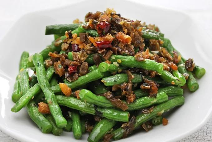 """Đậu xanh Trung Quốc  Món ăn này có thể tìm thấy ở bất cứ nhà hàng buffet nào ở Trung Quốc. Bí quyết cho món đậu xanh trở nên thơm ngon hơn dựa vào kỹ thuật """"chiên khô"""", cho đến khi vỏ đậu hơi nhăn lại và ngả màu sang nâu. Điều này sẽ giúp đậu trở nên mềm và dễ ăn hơn. Ảnh: Shutterstock/Bonchan."""