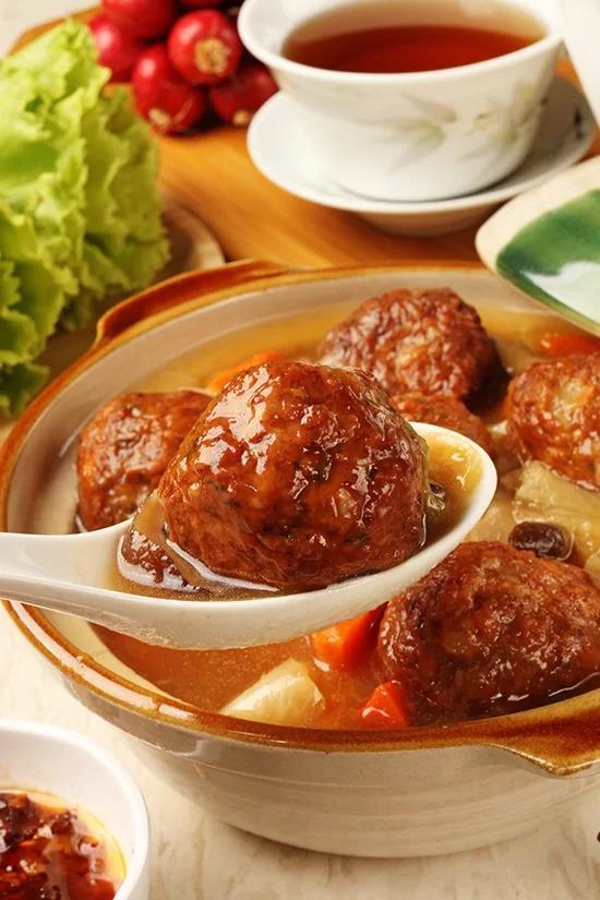 Thịt viên  Đây là món ăn nổi tiếng ở miền đông Trung Quốc. Thịt viên và rau được nấu trong nồi đất sét hoặc lò nướng. Ảnh: Shutterstock.