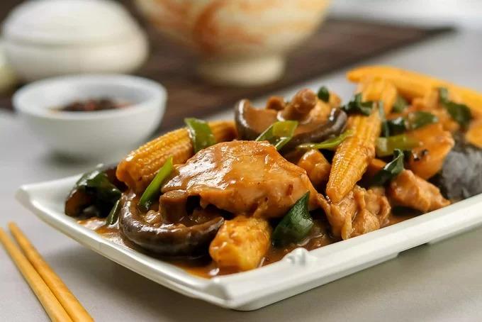 Cơm gà om  Món ăn quen thuộc của các nhà hàng và cả bữa ăn gia đình của người Trung Quốc. Thịt gà được tẩm ướp cùng nước sốt và dầu hào, xào với tỏi và gừng và sau đó dùng với cơm. Đây cũng là món ăn mà du khách thường được phục vụ trong các nhà hàng. Ảnh: Spruce.