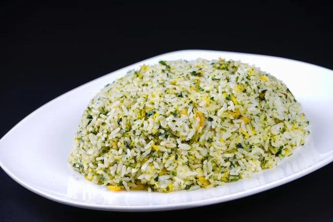 Cơm rau Thượng Hải  Rau cải xào với cơm cùng với nấm khô là món ăn vừa ngon vừa tốt cho sức khỏe. Các nguyên liệu kết hợp với nhau tạo nên một hương vị riêng. Có thể kết hợp thêm một chút thịt gà, thịt bò hoặc hải sản cho món ăn thêm phần dinh dưỡng, đặc biệt cho trẻ nhỏ. Ảnh: Shutterstock/HelloRF Zcool.