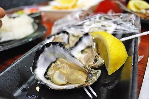 Hàu đá Sydney được coi là viên ngọc ẩm thực bên bờ biển Australia. Chúng có vị ngọt đậm đà và khác biệt với các loài hàu khác. Du khách có thể thưởng thức hàu tươi sống hoặc nướng, ăn kèm thịt xông khói và sốt Worrouershire. Hàu tươi chưa mở trong các siêu thị ẩm thực có giá bán khoảng 15 AUD (235.000 đồng) 12 con. Ảnh: Alpha.