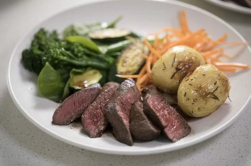 Kangaroo là một trong những loại thịt bổ dưỡng nhất vì nạc, ít chất béo và giàu protein. Nguyên liệu này thường được chế biến bằng cách nướng, xiên que, làm bánh pizza, kẹp với bánh mì và bánh burger. Một số nhà hàng thịt chuột túi nổi danh ở Australia là Burgers Metro, Melbourne; Grill Grill và khách sạn Heritage ở Sydney. Ảnh: K Roo.
