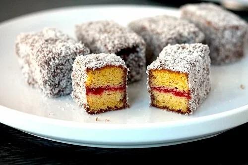 """Lamington được công nhận là """"Bánh quốc gia Australia"""", có kích thước nhỏ, bao quanh bởi chocolate và dừa nạo. Một số kiểu cải tiến có thể thêm 2 lớp kem hoặc mứt. Loại bánh này ngon hơn khi uống trà và cà phê. Lamington được bán trong hầu hết cửa hàng bánh, cà phê và trà ở Australia với giá khoảng 2 AUD (30.000 đồng). Ảnh: Aussie Keto Queen."""