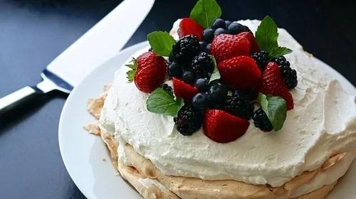 Pavlova là loại bánh tráng miệng với vỏ ngọt từ lòng trắng trứng, bên trên phủ kem và trái cây tươi. Món này được mệnh danh là tinh túy ẩm thực của Australia, nổi bật với vỏ trứng giòn và lớp kem chanh. Ảnh: Pixabay.