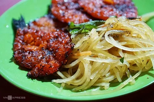 Cá đỏ  Cá đỏ nướng ăn kèm đồ chua là món vặt quen thuộc của người Hà Tiên vào mỗi buổi xế chiều. Món này được bán nhiều tại trung tâm thành phố nhưng du khách có thể tìm đến quán trên đường Trần Hầu. Nơi đây được xem là điểm hẹn dành cho người mê cá đỏ.  Khi có khách, những con cá đỏ mềm, thấm đẫm gia vị sẽ được chủ quán nướng trên bếp than hồng. Cá sau khi nướng thơm phức và không bị khô. Đồ chua kèm chút ớt sẽ càng kích thích vị giác của bạn. Mỗi suất ăn có giá 25.000 đồng.