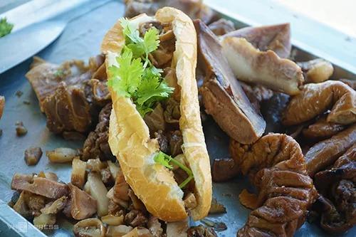 """Bánh mì phá lấu  Đây là món ăn đường phố, đơn giản nhưng lại hấp dẫn nhờ vị lạ miệng. Những miếng phá lấu bò sau khi làm sạch được đầu bếp đảo cùng nước cốt dừa nên cho vị ngọt đặc trưng. Bánh mì phá lấu thích hợp là bữa ăn """"cầm chừng"""" vì với người có sức ăn khoẻ, một ổ không đủ no. Bạn có thể tìm đến quán nhỏ nằm gần bến xe Hà Tiên, mỗi ổ bánh mì ở đây có giá 15.000 đồng."""