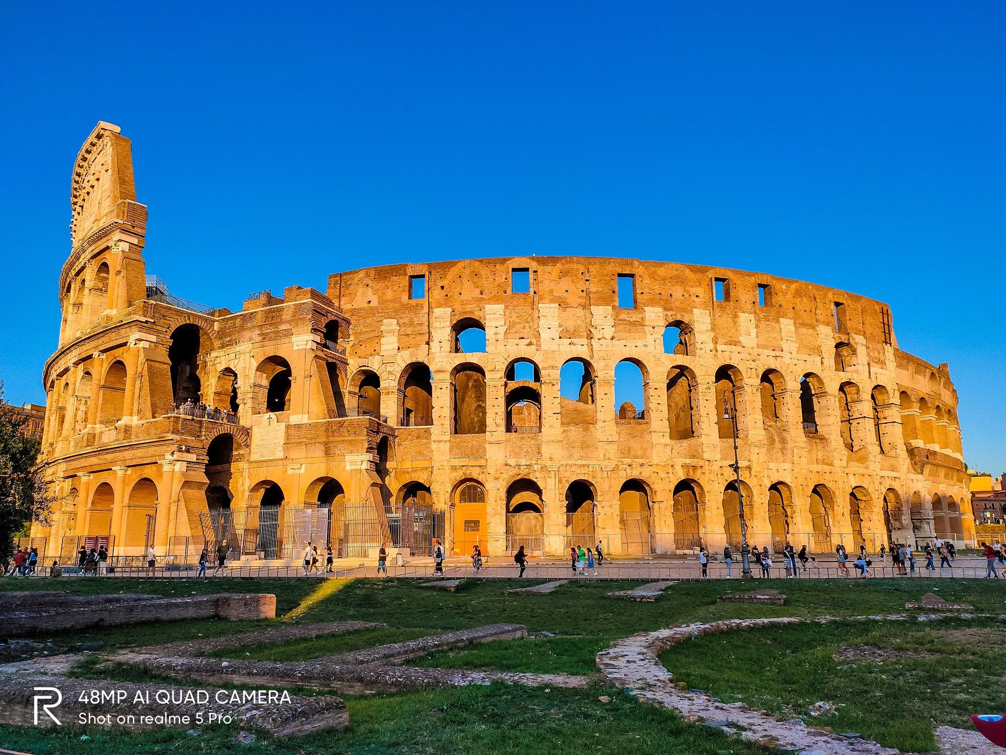 Đấu trường La Mã dưới nắng vàng của hoàng hôn.