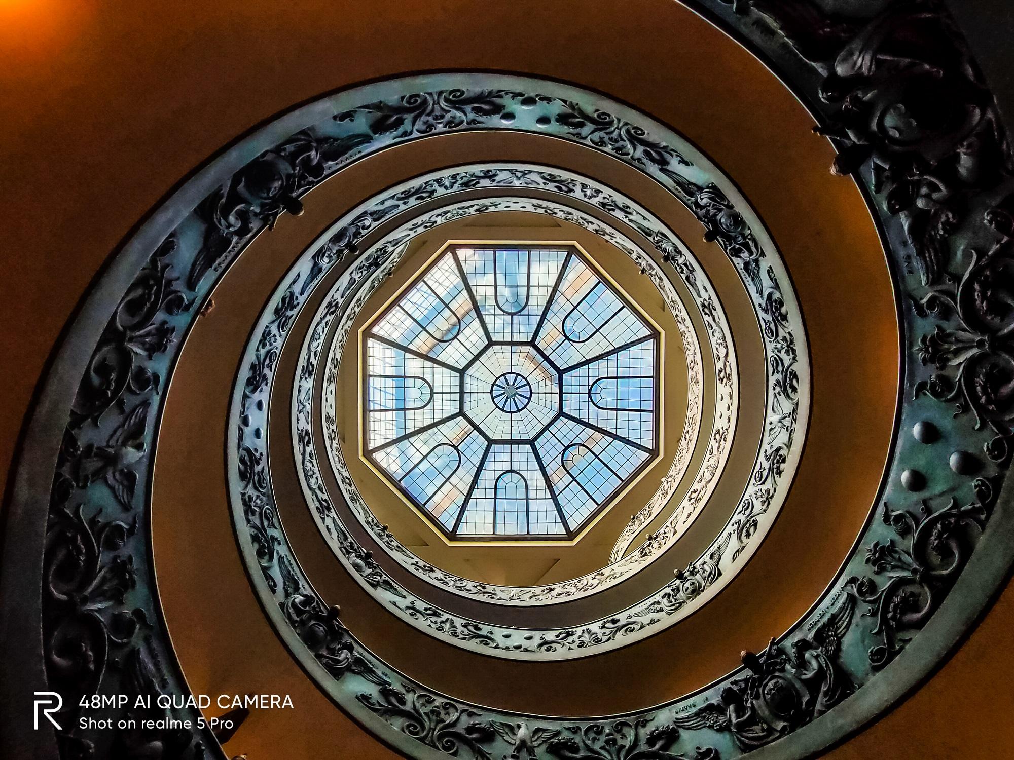 Cầu thang lên bảo tàng với hình xoắn ốc rất hút mắt.