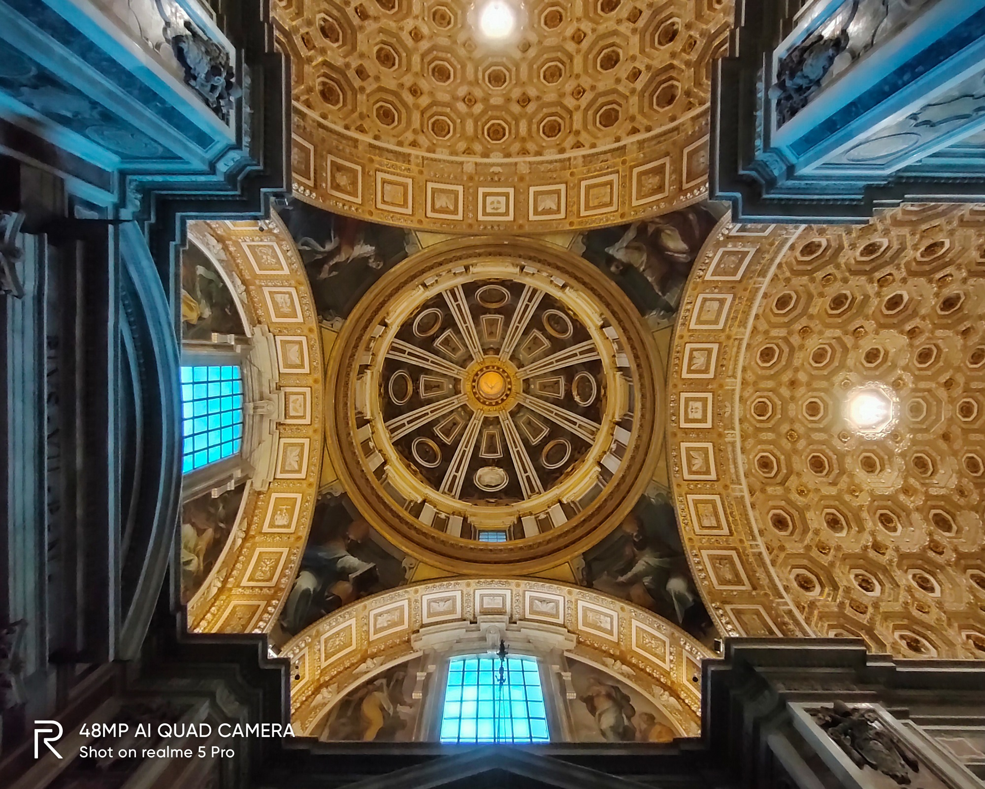 Mái vòm của nhà thờ St. Peter được chụp bằng camera góc rộng điện thoại Realme Pro 5