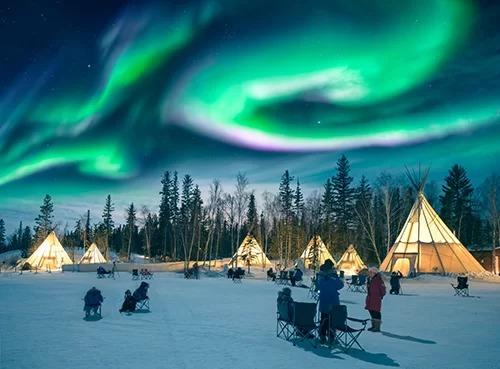Trong bầu không khí giá buốt của Yellowknife, các dải sáng lung linh sắc màu hấp dẫn các du khách. Ảnh: Shutterstock/Ken Phung.