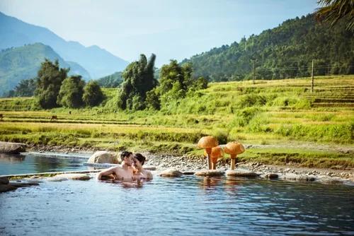 Tắm khoáng nóng là một trải nghiệm được nhiều du khách yêu thích.