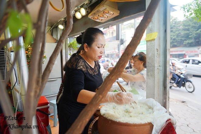 Cô Lan hàng ngày vẫn tự tay làm và bán bánh khúc.