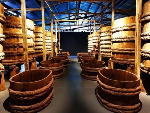 Mở cửa hai tháng nay, Làng Chài Xưa là bảo tàng được thiết kế với phong cách đương đại, dạng phim trường tương tác nhập vai. Nơi đây có diện tích gần 2.000 m2 được chia thành 14 không gian đánh sáng, tái hiện 300 năm làng chài Phan Thiết xưa từ thời Chăm Pa, thời vua Nguyễn, thời Pháp và những thập niên 40 - 60.