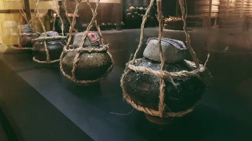 Sau cùng, du khách sẽ được thỏa mãn nhu cầu không thể thiếu khi đi Phan Thiết là mua quà đặc sản nước mắm với những tĩn gốm độc đáo theo công thức 300 năm của ông tổ nghề Trần Gia Hòa, với quai xách dây thừng trong hộp xưa.