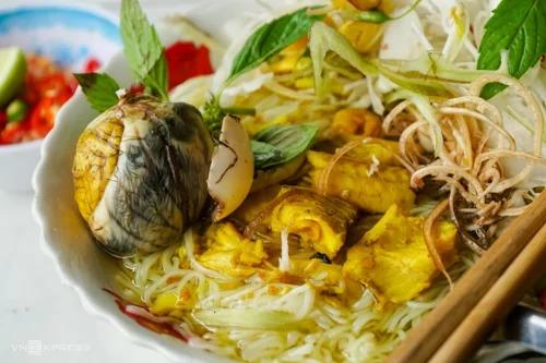 Bún cá ăn kèm hột vịt lộn có giá từ 20.000 đồng. Ảnh: Di Vỹ.