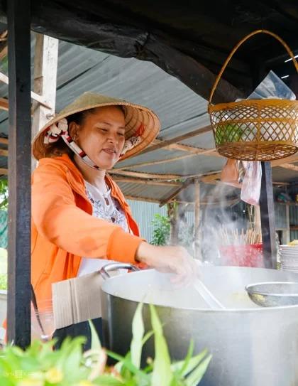 Chị Bích Huyền gắn bó với nghề bán bún cá đã được 28 năm. Ảnh: Di Vỹ.