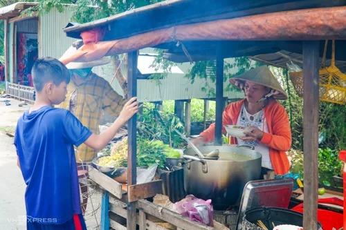 Xe bún cá của chị Huyền thu hút người dân địa phương là chủ yếu. Ảnh: Di Vỹ.