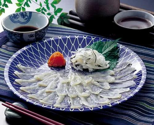 Cá nóc chứa một lượng lớn chất độc gây chết người gọi là tetrodotoxin, được tìm thấy trong buồng trứng, mắt, da, máu và gan, phần ngon nhất - nhưng cũng độc nhất. Ảnh: Savor Japan.