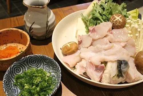 Món cá nóc thường được các đầu bếp bày biện đẹp mắt. Trên ảnh là món lẩu cá nóc. Ảnh: TripAdvisor.