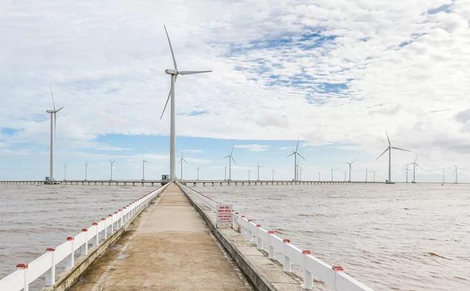 Cánh đồng điện gió tại ấp Biển Đông A, xã Vĩnh Trạch Đông đang là điểm du lịch thu hút khách tham quan khi tới Bạc Liêu. Trước khi mở cửa đón khách du lịch, khu vực này được xây dựng với mục đích khai thác nguồn năng lượng gió tại địa phương, hoà vào lưới điện quốc gia.