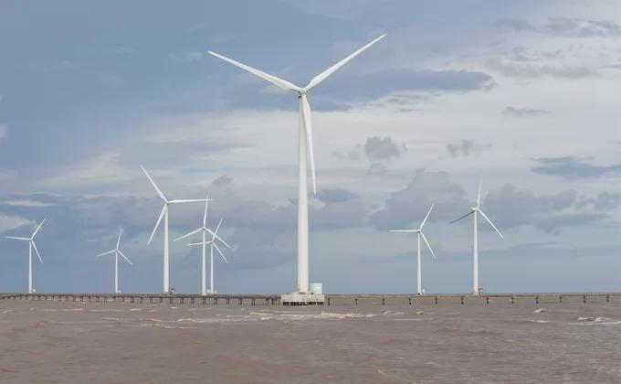 Có 62 trụ turbine gió tại đây. Mỗi cột trụ cao 82 m, nặng hơn 200 tấn và làm từ thép không gỉ. Công trình khởi công năm 2010, là cánh đồng điện gió trên biển duy nhất tại Việt Nam và là dự án điện gió đầu tiên xây dựng trên thềm lục địa tại Đông Nam Á.