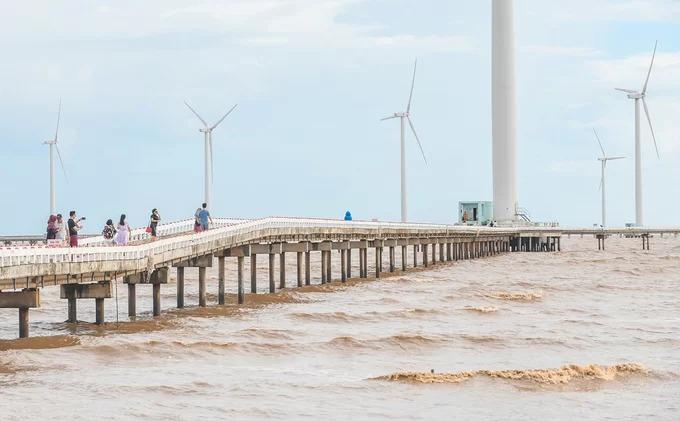 Khách tham quan trên con đường nằm ở giữa biển dẫn đến các trụ turbine gió. Từ mùa hè năm 2016, cánh đồng này được biết đến nhiều và trở thành điểm check-in nổi tiếng ở phía Nam.