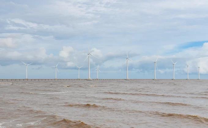 Đây là cánh đồng điện gió lớn nhất Việt Nam, các trụ turbine gió nằm trên diện tích 500 ha bên bờ biển.