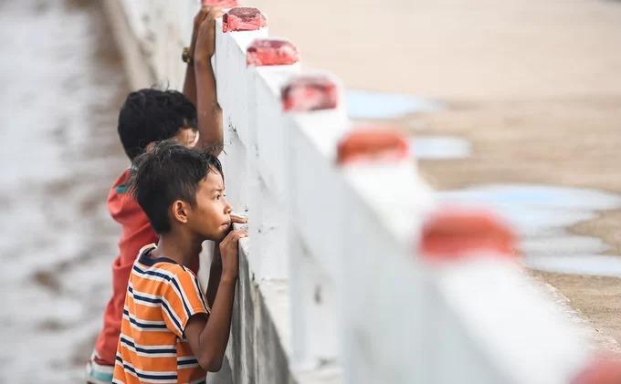 Những đứa trẻ sống gần cánh đồng điện gió nhìn theo đoàn khách du lịch trên cây cầu dẫn ra giữa biển.  An Giang, Kiên Giang và Bạc Liêu là những điểm đến thu hút du khách mỗi khi con nước về. Du hí miền Tây mùa nước nổi là loạt bài do VnExpress thực hiện liên tục trong tháng 10, nhằm cung cấp những gợi ý, kinh nghiệm trên hành trình khám phá ba tỉnh này.