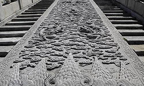 Phiến đá cẩm thạch được chạm khắc tinh xảo trước Điện Thái Hòa. Ảnh: Top China Travel.
