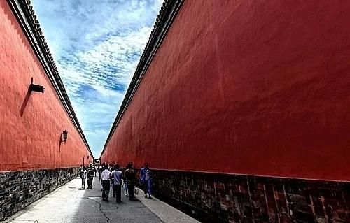Mái ngói hoàng lưu ly và tường đỏ là điểm đặc trưng cho lối kiến trúc cung đình của Tử Cấm Thành. Ảnh: IFLY