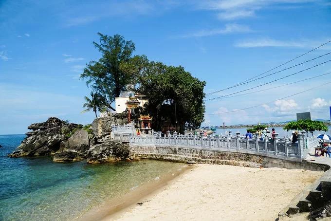 Dinh Cậu là điểm đến tâm linh nổi tiếng nhất ở đảo Phú Quốc. Dinh nằm trên ghềnh đá hướng mặt ra biển, cách thị trấn Dương Đông khoảng 200 mét về phía tây. Theo ghi chép, dinh hiện nay được xây dựng vào năm 1937 và trùng tu vào năm 1997. Để lên dinh, du khách phải bước qua 29 bậc đá.