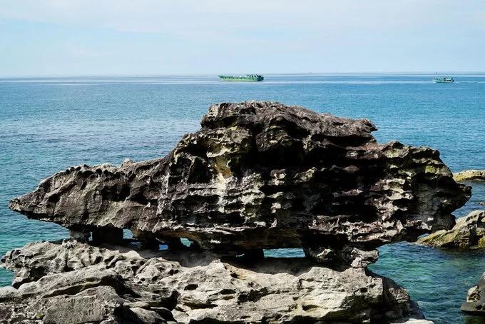 """Xung quanh Dinh Cậu là những khối đá có hình thù đặc biệt. Đây là tảng đá """"đầu rùa đuôi hổ"""", mỏm bên trái có hình đầu rùa, mỏm còn lại trông giống đầu con hổ."""