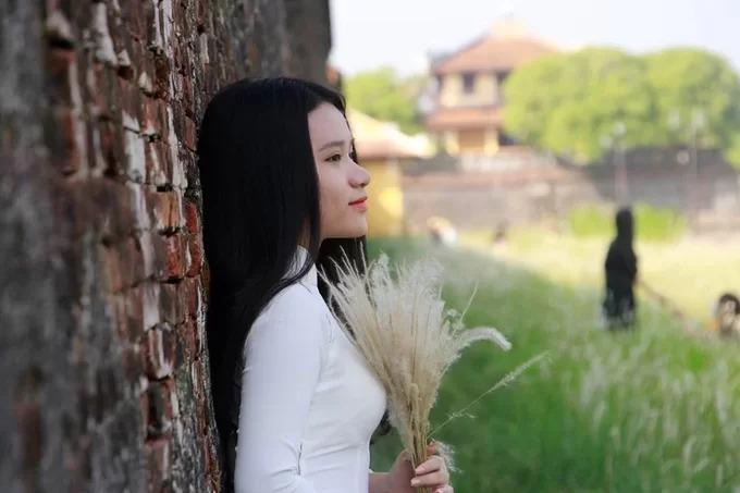 Nét rêu phong cổ kính của tường thành kết hợp với hoa cỏ tranh tạo nên một nơi chụp ảnh lý tưởng cho người dân địa phương và du khách.