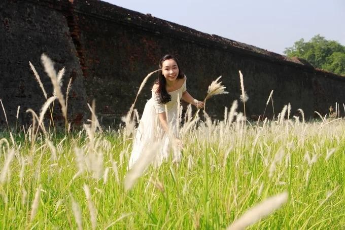 Du khách tấp nập chụp ảnh với cỏ tranh ở Đại Nội Huế – iVIVU.com