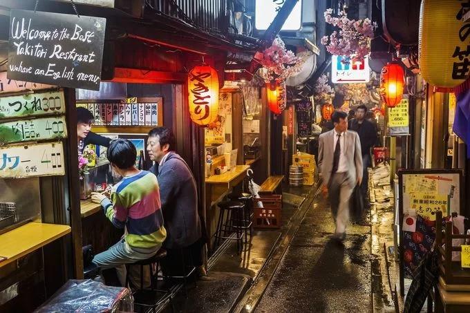 """Con hẻm Omoide Yokocho tọa lạc tại quận Shinjuku được người địa phương gọi là """"hẻm nước tiểu"""" vì lúc mới hình thành, không quán rượu nào ở đây có nhà vệ sinh. Do đó, sau khi nhậu, cánh đàn ông tiện thể """"xả"""" ngay trong hẻm. Ngày nay, nó là một trong những điểm đến nổi tiếng của thủ đô. Ảnh Izakaya"""