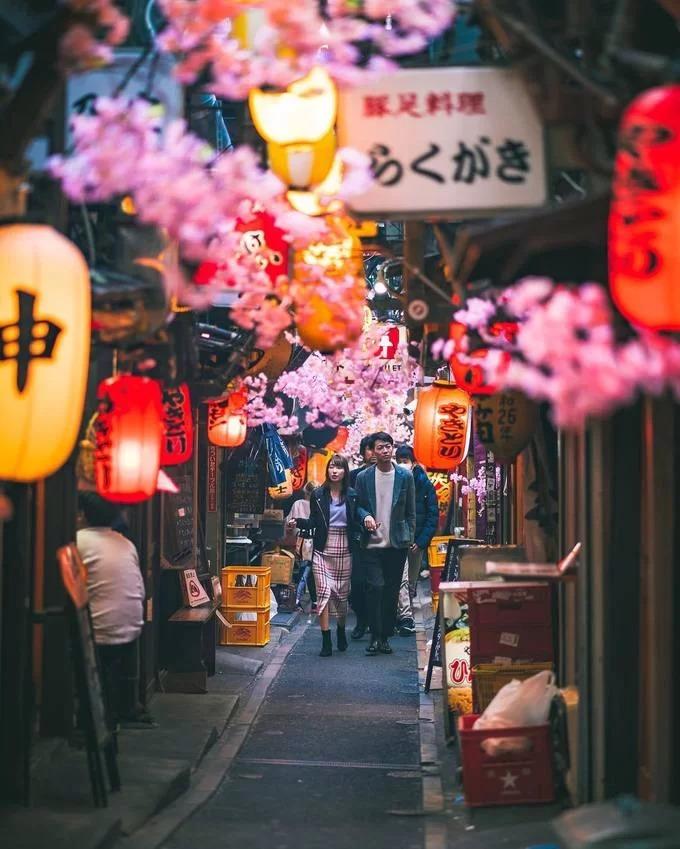 Kết thúc thế chiến thứ 2, hơn 300 cửa tiệm mở ra, nhưng hiện tại chỉ còn khoảng 80 quán rượu đang hoạt động, chuyên phục vụ các món nướng, canh hầm thịt, mì ramen... 17h-22h là thời điểm lý tưởng để ghé hẻm vì dãy đèn lồng treo trước cửa tiệm thắp sáng trong ngõ hẹp như đưa bạn về thời Showa (1926-1989) của nước Nhật. Ảnh: wonguy974