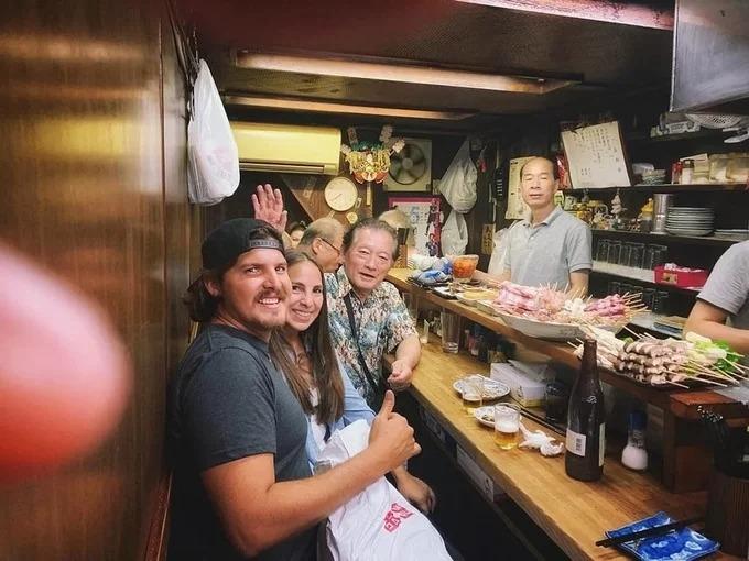 Đặc trưng quán ăn ở đây là không gian rất nhỏ, gồm dãy bàn dài cho khách ngồi chung với nhau. Vì thế nó phù hợp với những người hay đi nhậu một mình hoặc nhóm ít người. Quầy nấu ăn ngay trước mặt, đầu bếp vừa chế biến, vừa trò chuyện cùng thực khách. Ảnh thepoorichgirl.