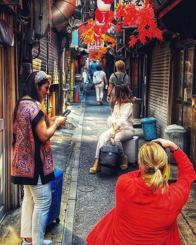 Đa số hàng quán đóng cửa ban ngày nên khá vắng, bạn có thể tạo dáng đủ kiểu, chụp ảnh ngay giữa đường. Nó được nhiều người tìm đến tới nỗi có cả website riêng, hướng dẫn đầy đủ cách tìm đường đi từ ga Shinjuku đến Omoide Yokocho. Địa chỉ: 1 Chome-2 Nishishinjuku, Shinjuku City, Tokyo. Ảnh discovernihon