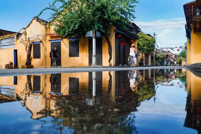 Mùa mưa ở Hội An kéo dài từ tháng 8 đến 12 và nhiều nhất vào khoảng tháng 10. Những ngôi nhà cổ trên đường Hoàng Văn Thụ và đường Trần Phú trở nên đẹp lạ khi in bóng trên mảng nước mưa đọng lại.