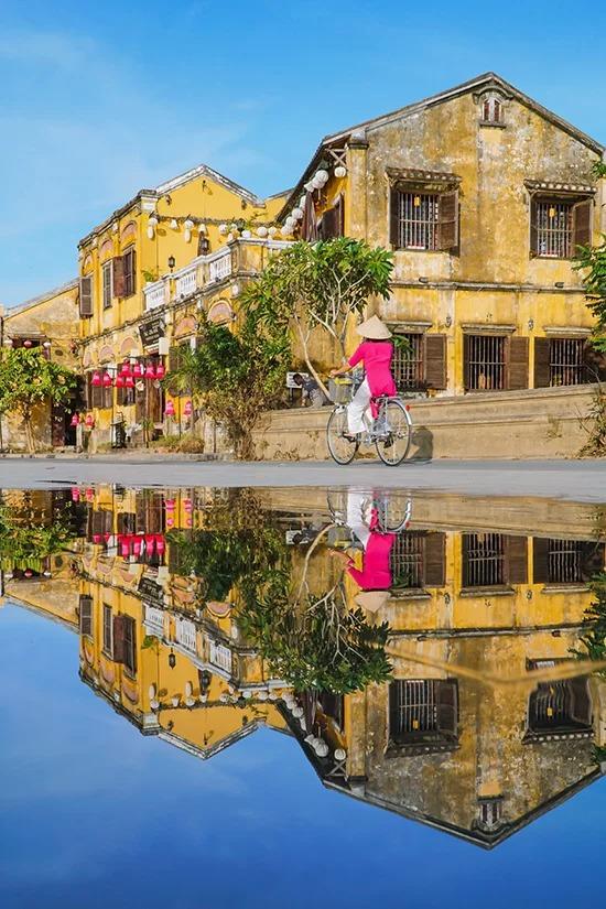 Đối với những du khách không thích sự xô bồ của phố cổ, mùa mưa là thời điểm lý tưởng nhất để khám phá Hội An. Năm 1999, UNESCO đã công nhận phố cổ Hội An là một trong những Di sản Văn hóa Thế giới. Điểm đến này thường xuyên được các báo, tạp chí danh tiếng của nước ngoài như Travel and Leisure, New York Times, Guardian… xếp hạng trong top thành phố du lịch, điểm nghỉ hè tốt nhất thế giới.