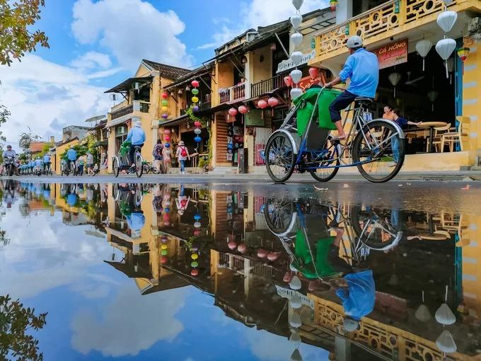 Đội xích lô chở du khách tham quan phố cổ trên đường Bạch Đằng. Du khách có thể bắt xích lô tại đường Phan Chu Trinh hoặc Trần Phú, giá khoảng 150.000 đồng một giờ. Xe đưa bạn đi quanh các ngõ phố cổ. Thời gian thích hợp để trải nghiệm là buổi sáng hoặc xế chiều.